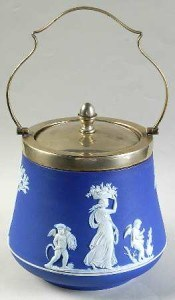 wedgwood_cream_color_on_wedgwood_blue_jasperware_biscuit_barrel_lid_P0000113856S0326T2