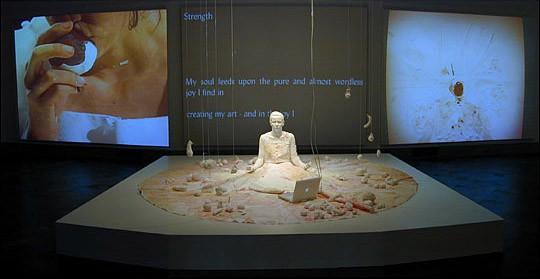 Belo u raspadanju (Whiteness in Decay),  2003, San Diego Museum of Art and Sushi Center for Performance Art, San Diego. Šta hrani vašu dušu? Odgovor se kotrlja do centralnog platna, kao da je otkucan. Levo i Desno pokazuju proces: Koža i Voće se pojavljuju - zvuk pucanja, mrvljenja. Sve je pokriveno gipsom, sve belo postaje obojeno, kako se školjke lome, a voće i povrće biva pojedeno,  ili korišćeno kao boja.