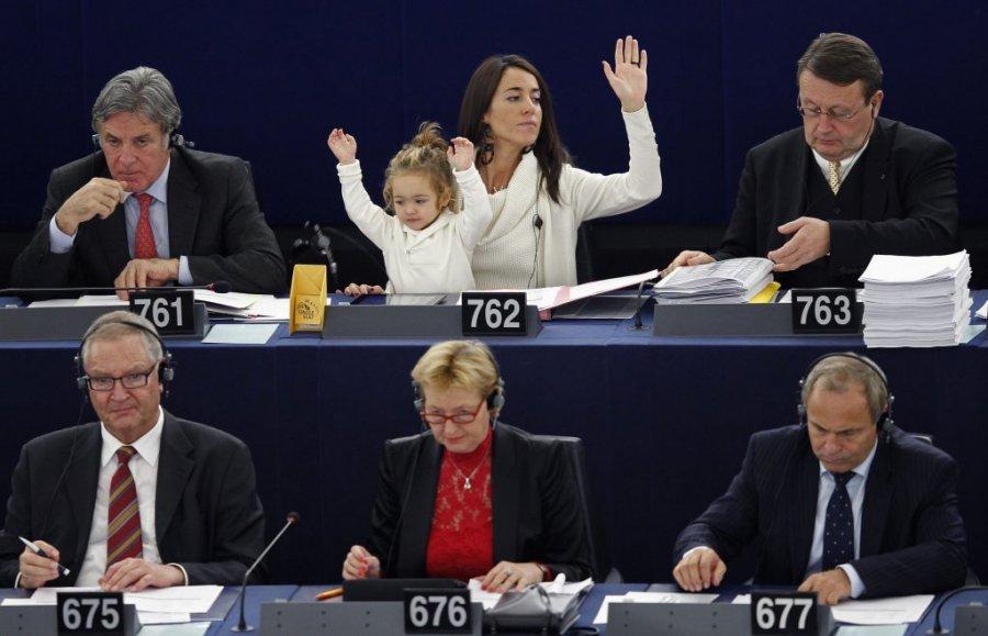 Licija Ronculi, poslanica Evropskog parlamenta sa ćerkom, foto Reuters
