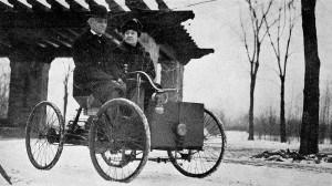 Henri Ford sa suprugom u svom prvom automobilu