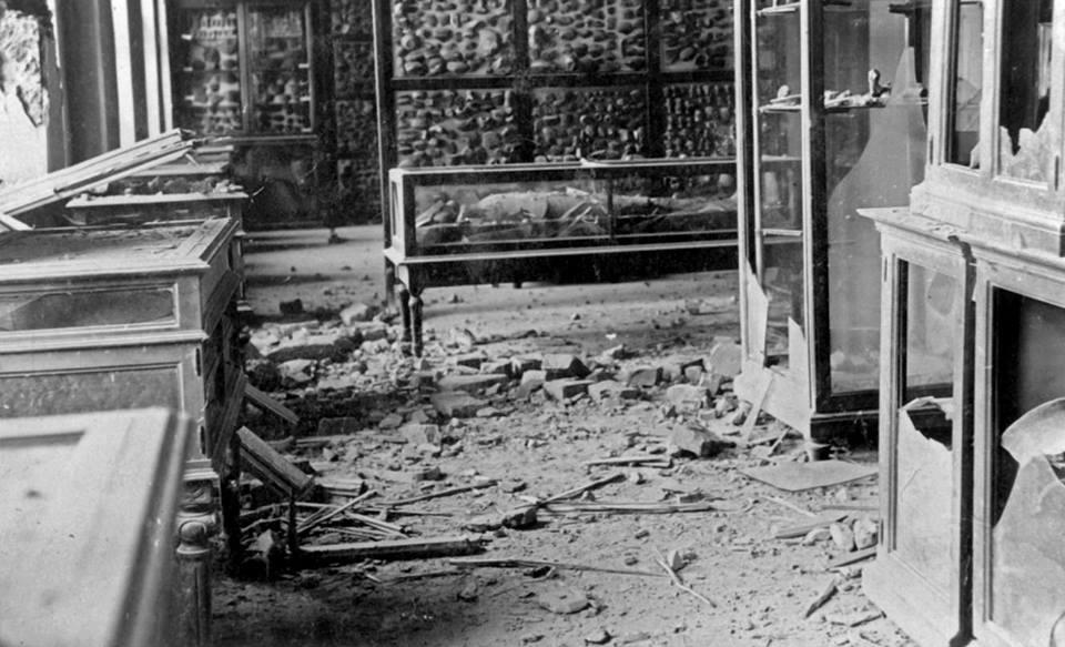 """Devastirana zgrada Narodnog muzeja 1915. godine, na slici je Beogradska mumija, oštećenoj """"Sobi mumije"""""""