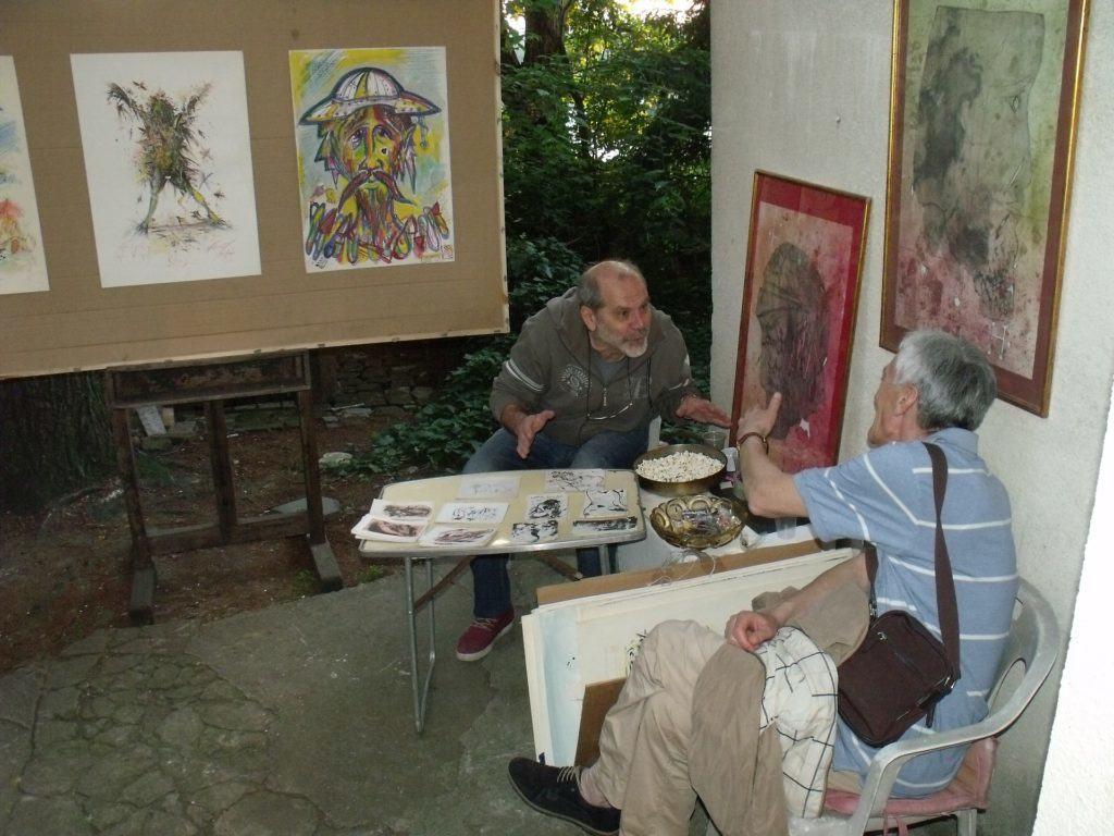 Tokom izložbe KUĆA SLIKARA, Nenad Nikolić je u dvorištu dočekivao publiku okružen svojim radovima.