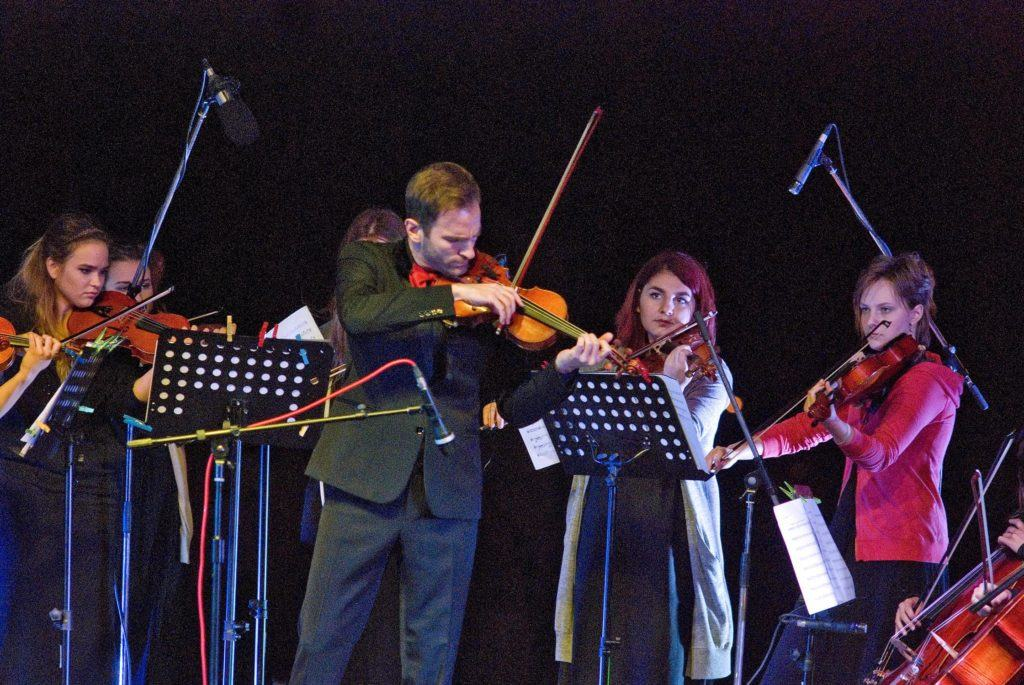 Stefan Milenković i Kamerni orkestar Škole za muzičke telente iz Ćuprije, foto Jaša Josimović i Artis Centar