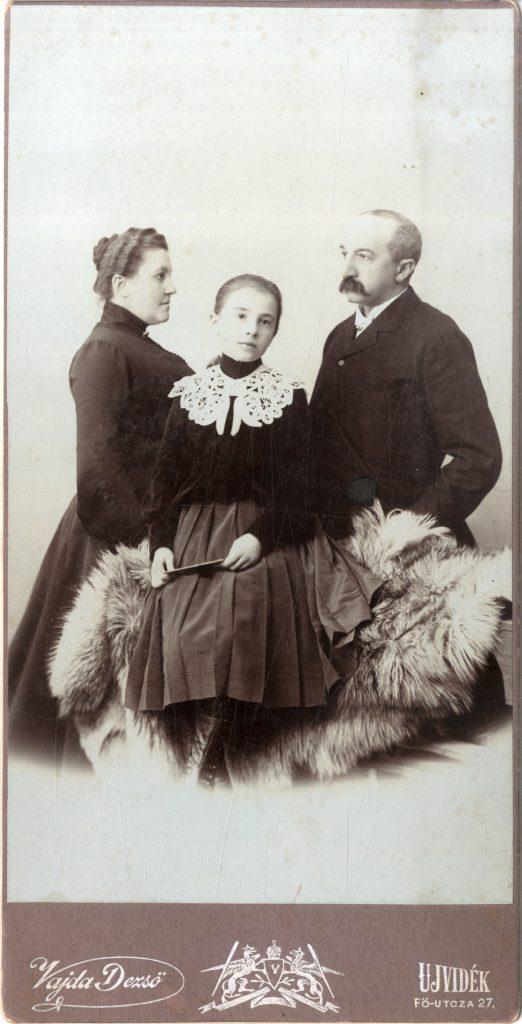 Anica Savić sa roditeljima