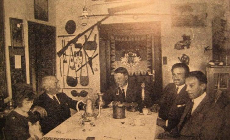 Arčibald Rajs u kući, sa gostima