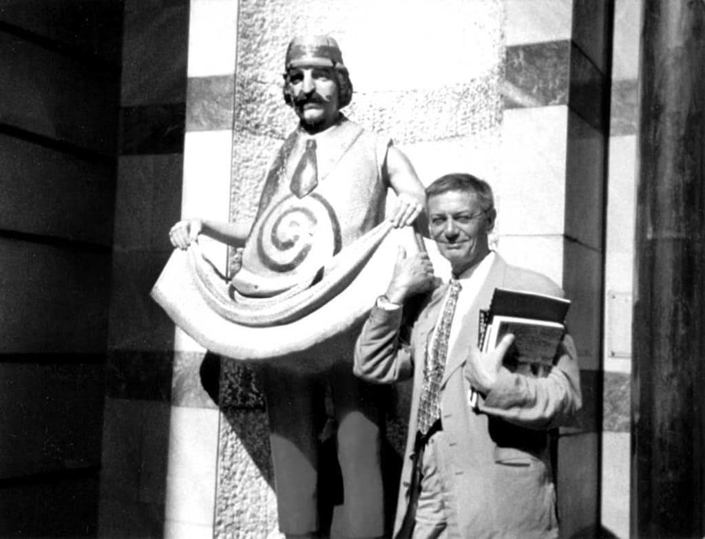 Jovan Ćirilov pored spomenika Zoranu Radmiloviću, fot: iz arhive BITEFA