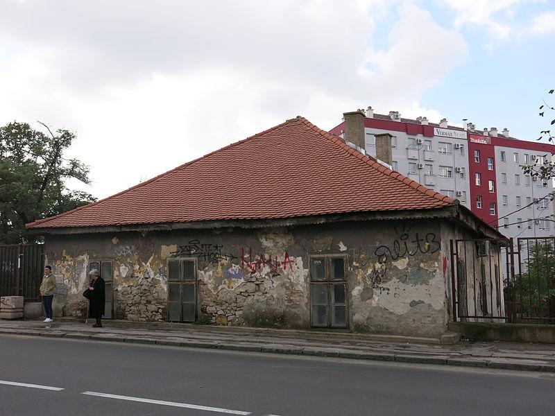 Zapuštena i zaboravljena stara škola u Žarkovu, By Dungodung, sopstveno delo, CC BY-SA 3.0, https://commons.wikimedia.org)
