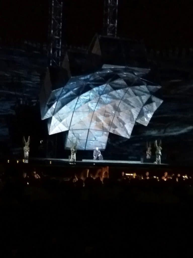 """Montirani arhitektonsko inžinjerski svemirski brod spušta svoju sfernu kupolu koja će postati grobnica ljubavnika, """"Aida"""", foto: M. Pajević"""